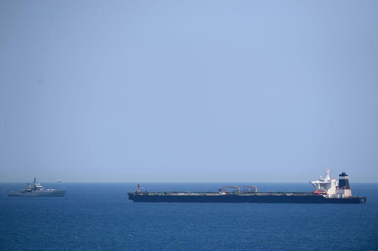 Het schip van de Britse marine (L) nadert de Iraanse tanker (R). Dat zou volgens Spanje gebeurd zijn op verzoek van de VS.  Beeld AFP