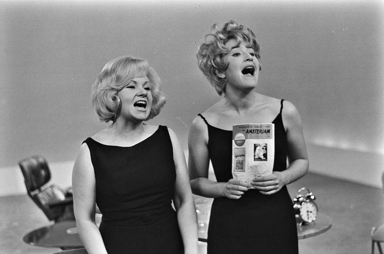 Sylvia de Leur en Jasperina de Jong in een scène van het Lurelet-caberet. Beeld anp