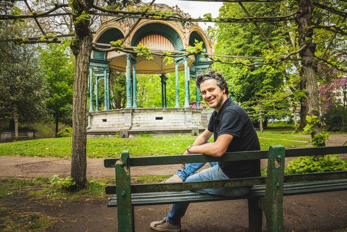 Joris Vandenbroucke (Vooruit) op een bankje in een opgeruimd Citadelpark. Hij gelooft dat het er altijd zo bij kan liggen.