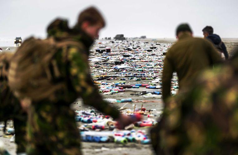 De militairen op Schiermonnikoog maakten gisteren al zo'n 3 kilometer strand schoon. Maar het afval blijft komen. Beeld ANP