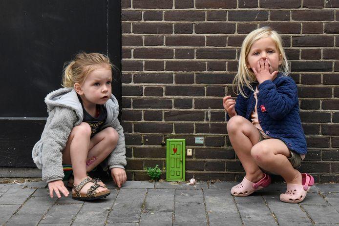 Sophie Plugge, rechts (3) en Elim Roelofs (3) vragen zich af of de kabouter in de Franse Steeg thuis is. Kabouter Frans is weg.