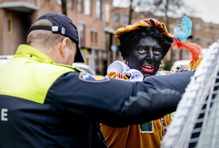 Edwin Wagensveld, voorman van Pegida, wordt verkleed als Zwarte Piet aangehouden in Apeldoorn tijdens de intocht van Sinterklaas. Beeld ANP