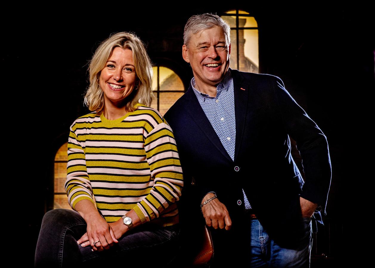 Portret van Carrie ten Napel en Charles Groenhuijsen , presentatoren van Op1