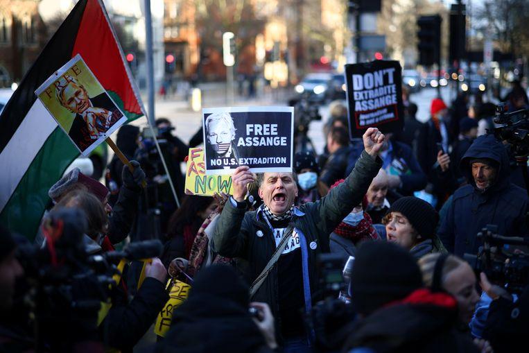 Tientallen Britten protesteerden woensdag bij de rechtbank in Londen tegen het gevangenschap van Assange.  Beeld REUTERS