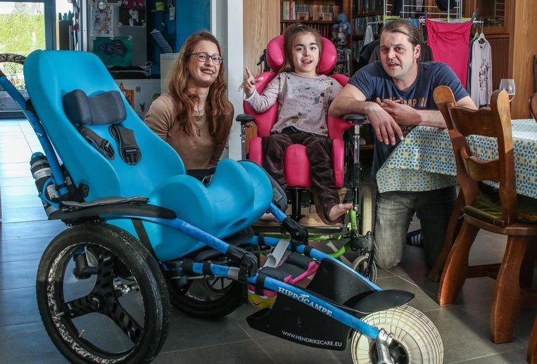 Kaat D'haene, Ella en Dominique Dubus. Links staat haar hippocampe, in het blauw. Haar ultieme droom is een elektrische rolstoelfiets.