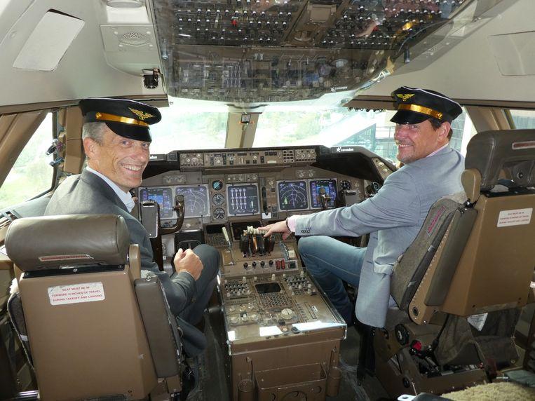 Coen van Driel (Tüv Süd) en Rob de Graaf (TNWOC) in de cockpit. Petje op natuurlijk. Beeld Hans van der Beek