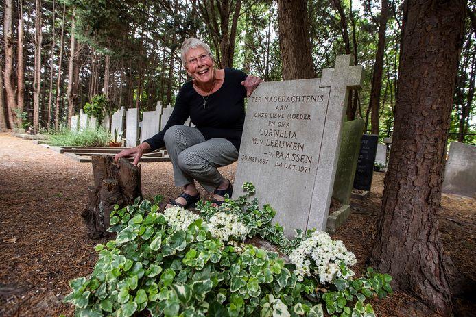 """Overbuurvrouw Corrie Schreuder-Fransen: ,,De grafsteen van oma komt nu in mijn eigen achtertuin."""""""