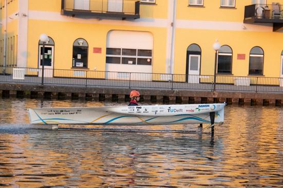 De TU Delft Solar Boat 2020 tijdens een vaartest op de Schie.