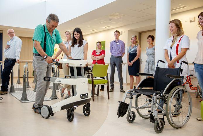 Beeld van de afdeling geriatrische revalidatie van tanteLouise uit 2017 toen een robot voor ouderen werd gepresenteerd. Een deel van de afdeling is nu vrijgemaakt om lucht te geven aan Bravis ziekenhuis voor de verzorging van coronapatiënten én patiënten zonder corona.