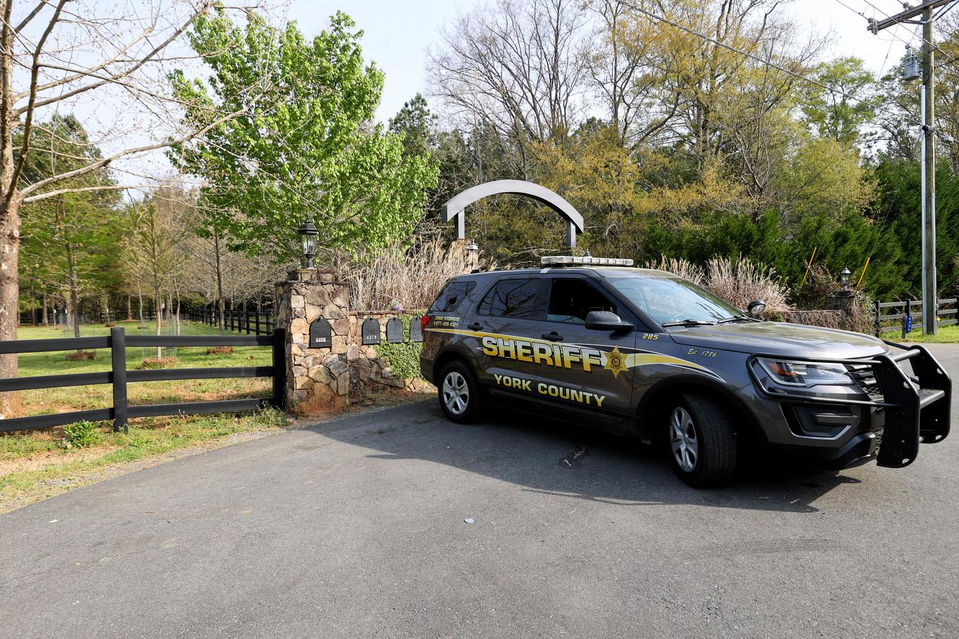 De politie verricht onderzoek op het landgoed waar het bloedbad plaatsvond.