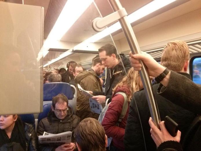 Het is druk in de trein tussen Tilburg en Den Bosch op maandagochtend.