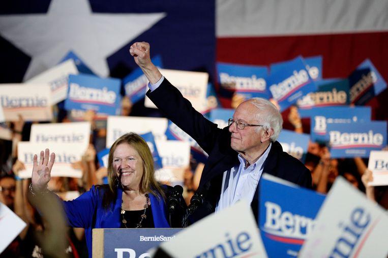 De Democratische presidentskandidaat Bernie Sanders met zijn vrouw Jane, zaterdag op een campagnebijeenkomst. Beeld null