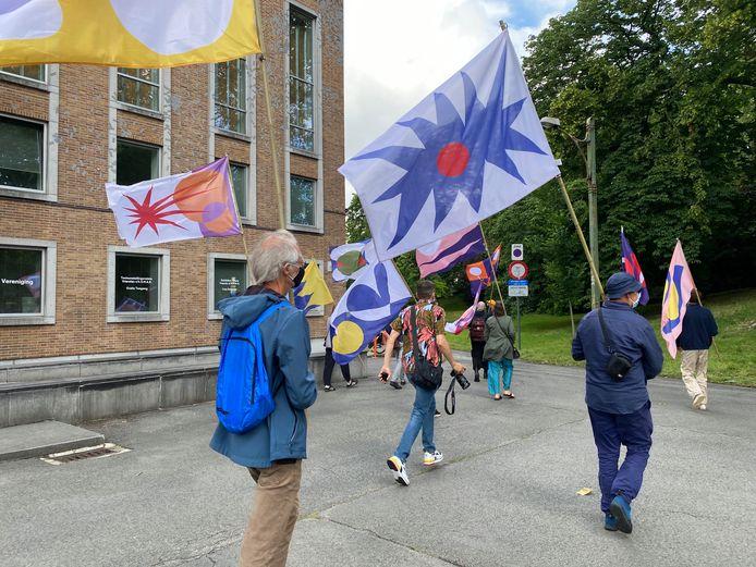 80 mensen zwaaiden met de vlaggen.