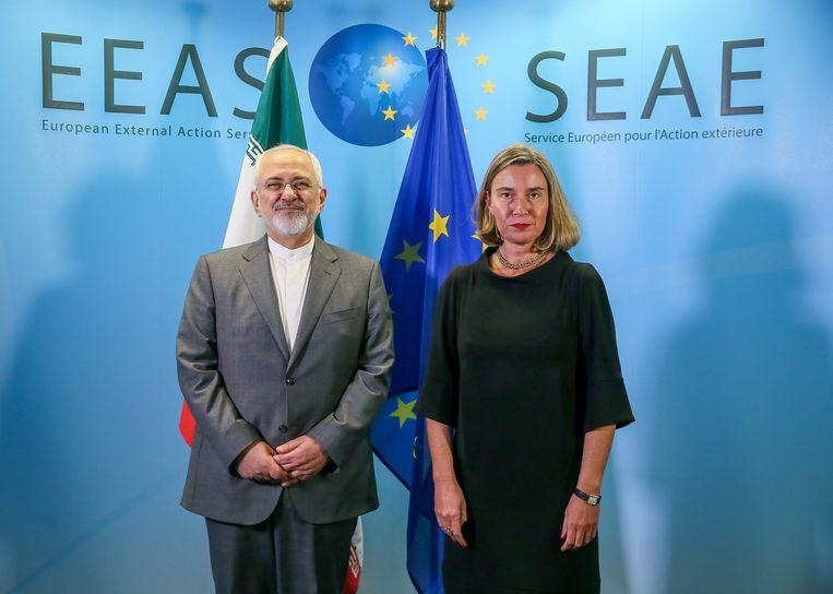 De Iraanse minister van buitenlandse zaken Mohammad Javad Zarif en de chef buitenland van de EU Federica Mogherini op 25 april in Brussel.  Beeld EPA