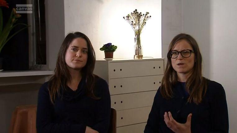 De zussen van Tine doen hun verhaal aan Terzake. Beeld VRT