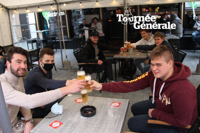 Scoutsvrienden Maxim, Jef, Jaron, Matthis en Joran genieten van een eerste pint op een terras op de Grote Markt in Izegem.