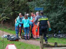 Mountainbiker hard onderuit: traumahelikopter landt bij Radio Kootwijk: 'Van heuveltje gevallen'