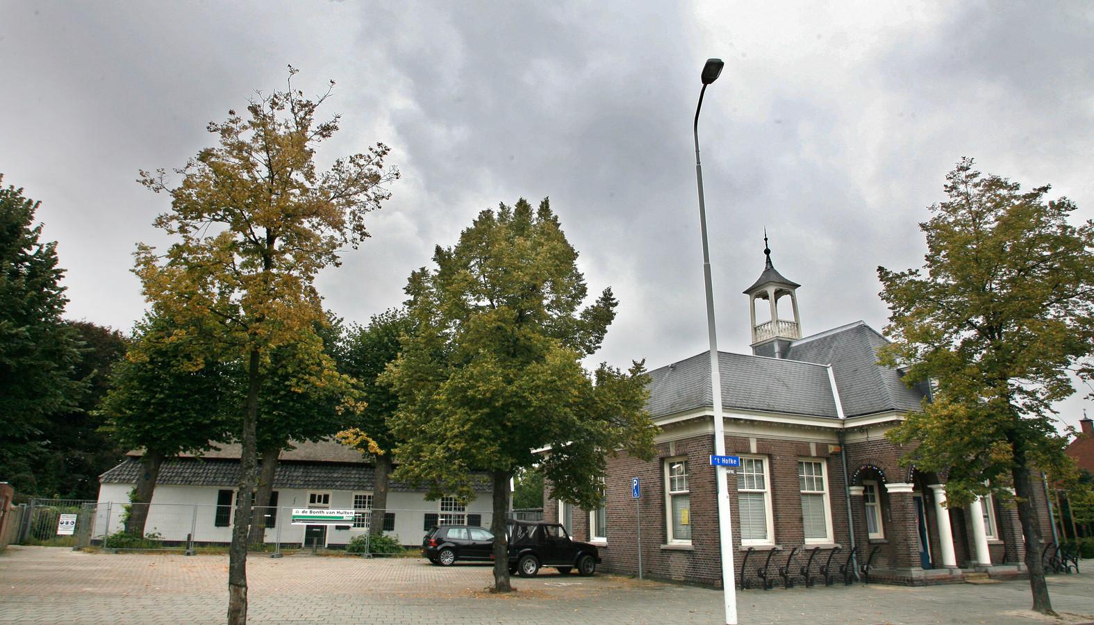 De boerderij (links) en 't Oude Raadhuis in Tongelre.