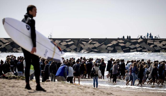 Nabestaanden van de omgekomen surfers Joost en Sander hielden vorig jaar een uitvaartdienst op het strand van Scheveningen.