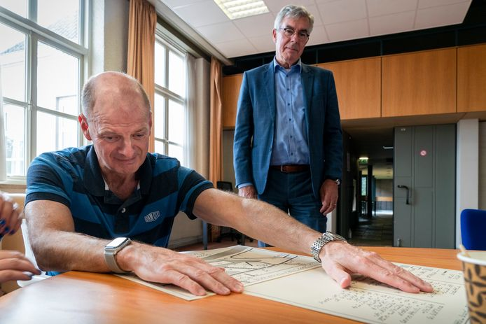 Louis Matthijsse (59) probeert als eerste de 'voelplattegrond' in het bijzijn van wethouder Ed Mathijssen.