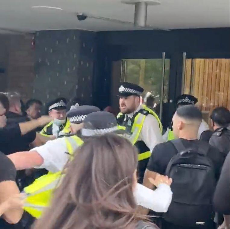 Protestanten bestormen het gebouw in het westen van Londen. Beeld via REUTERS
