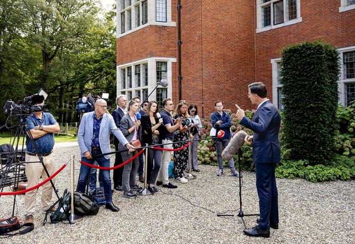 VVD-leider Mark Rutte in gesprek met de pers op landgoed De Zwaluwenberg.