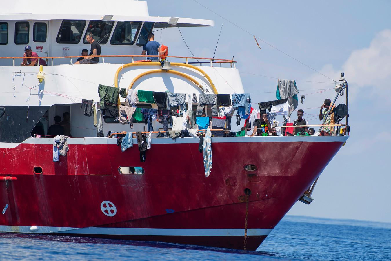 Migranten drogen hun kleren aan boord van een van de vier toeristenboten, zo'n 20 kilometer uit de kust van Malta.