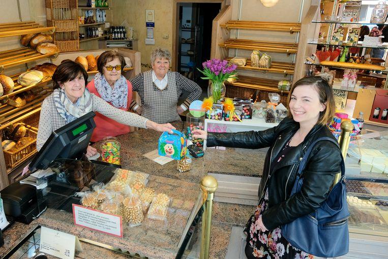 Annie Perremans (links), haar moeder (midden) en een winkelmedewerkster van bakkerij Perremans in Eppegem nemen dinsdag afscheid van de klanten. Na 63 jaar sluit de bakkerij de deuren.