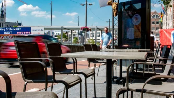 """""""Steeds weer die patserbakken langs ons terras: dit moet stoppen"""": cafébaas roept op om van Grote Markt één fietsstraat te maken"""