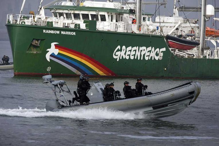 Zeker 100 actievoerders en bemanningsleden van de Greenpeace-schepen Rainbow Warrior III en Esperanza waren bij de actie van vanmorgen betrokken. Beeld reuters