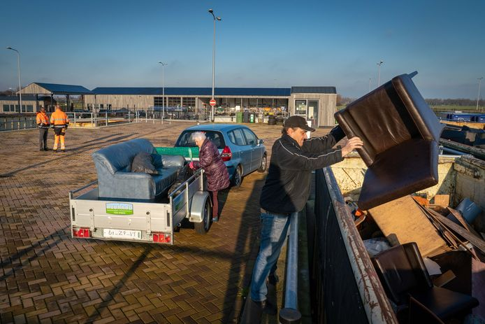 Grofvuil dumpen op het recycleplein in Doesburg.