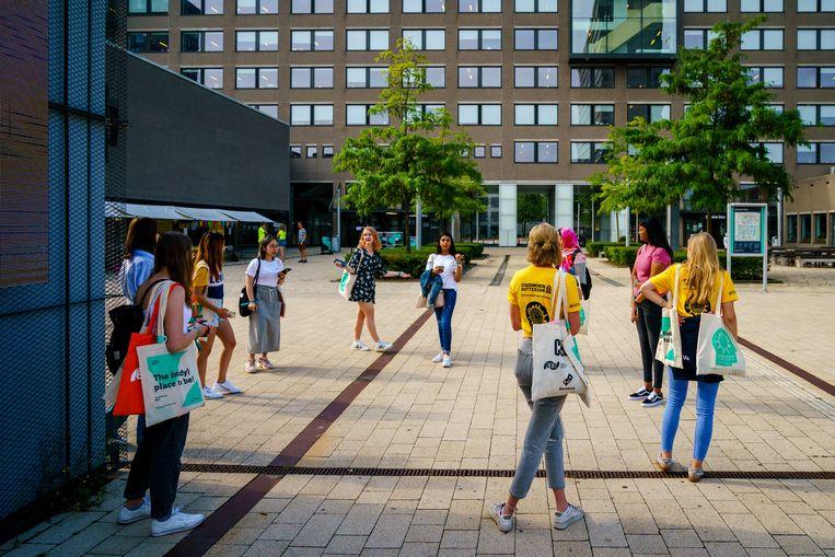 Studenten op de informatiemarkt tijdens de Eurekaweek, de introductie van de Erasmus Universiteit. De universiteit tuimelde uit de top-100 van de Shanghai Ranking en dat kan effect hebben op de aantallen buitenlandse (top-)studenten. Beeld ANP