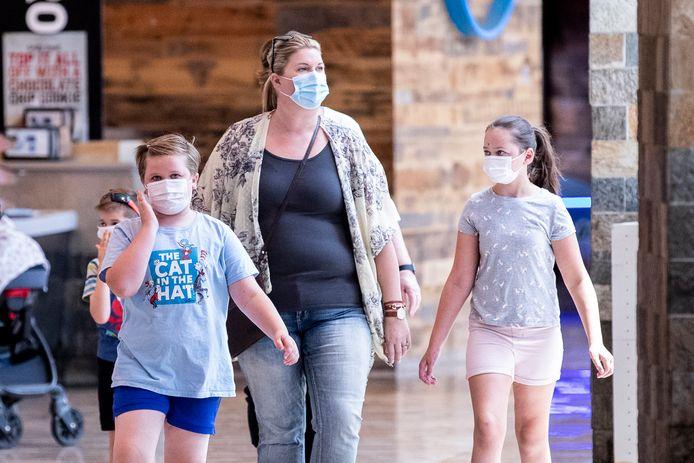Des clients masqués font des achats dans un centre commercial alors que le variant Delta se propage aux États-Unis.