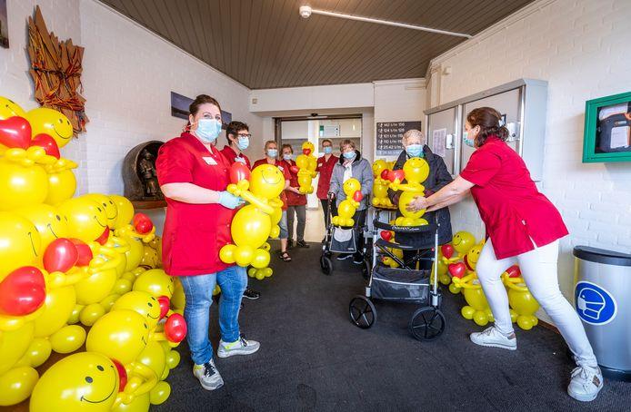 BLADEL - Ballonnenbuddy's bezorgd bij verzorgingshuis in Bladel. Edith van Veldhoven (Rechts) overhandigt ballonbuddy aan mevrouw Van der Staaij (zwarte jas) en mevrouw Jannes.