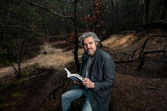 Wim Bax in het Niemendal op de Holterberg. Op deze plek deed hij veel inspiratie op voor zijn eerste thriller.