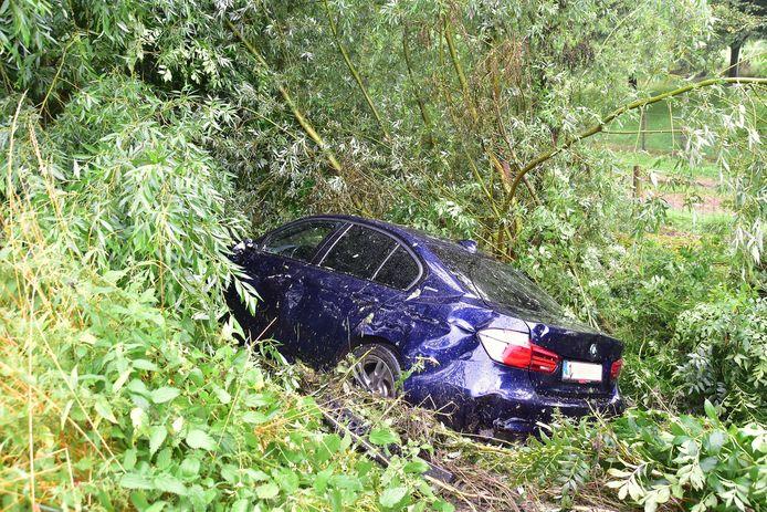De BMW belandde in de dieperik naast de E403.