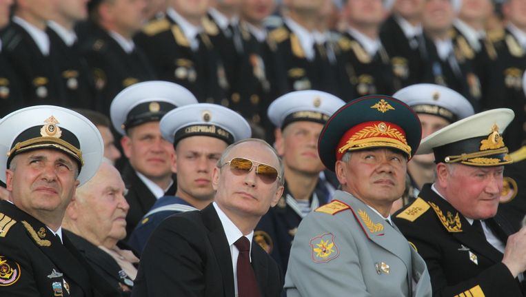 Poetin en zijn minister van Defensie (rechts van hem) Sergej Sjojgoe. Beeld getty