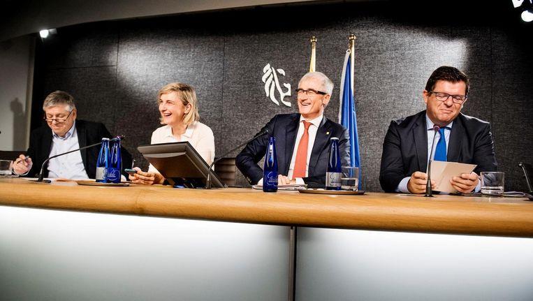 Vlrn. Vlaams minister van Welzijn Jo Vandeurzen (CD&V), viceminister-president en minister van Onderwijs Hilde Crevits (CD&V), minister-president Geert Bourgeois (N-VA) en viceminister-president en minister van Energie en Begroting Bart Tommelein (Open Vld). Beeld Eric De Mildt