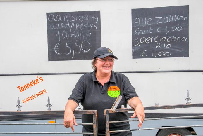 Tonny Steenis voor haar Rijdende Winkel.