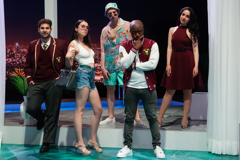De 'studenten' in Donizetti's 'L'elisir d'amore' met links José Romero als Nemorino en rechts Julietta Aleksanyan als Adina.