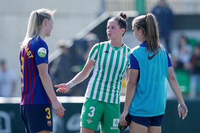 Stefanie van der Gragt, Merel van Dongen en Lieke Martens na Real Betis - FC Barcelona vorig seizoen.