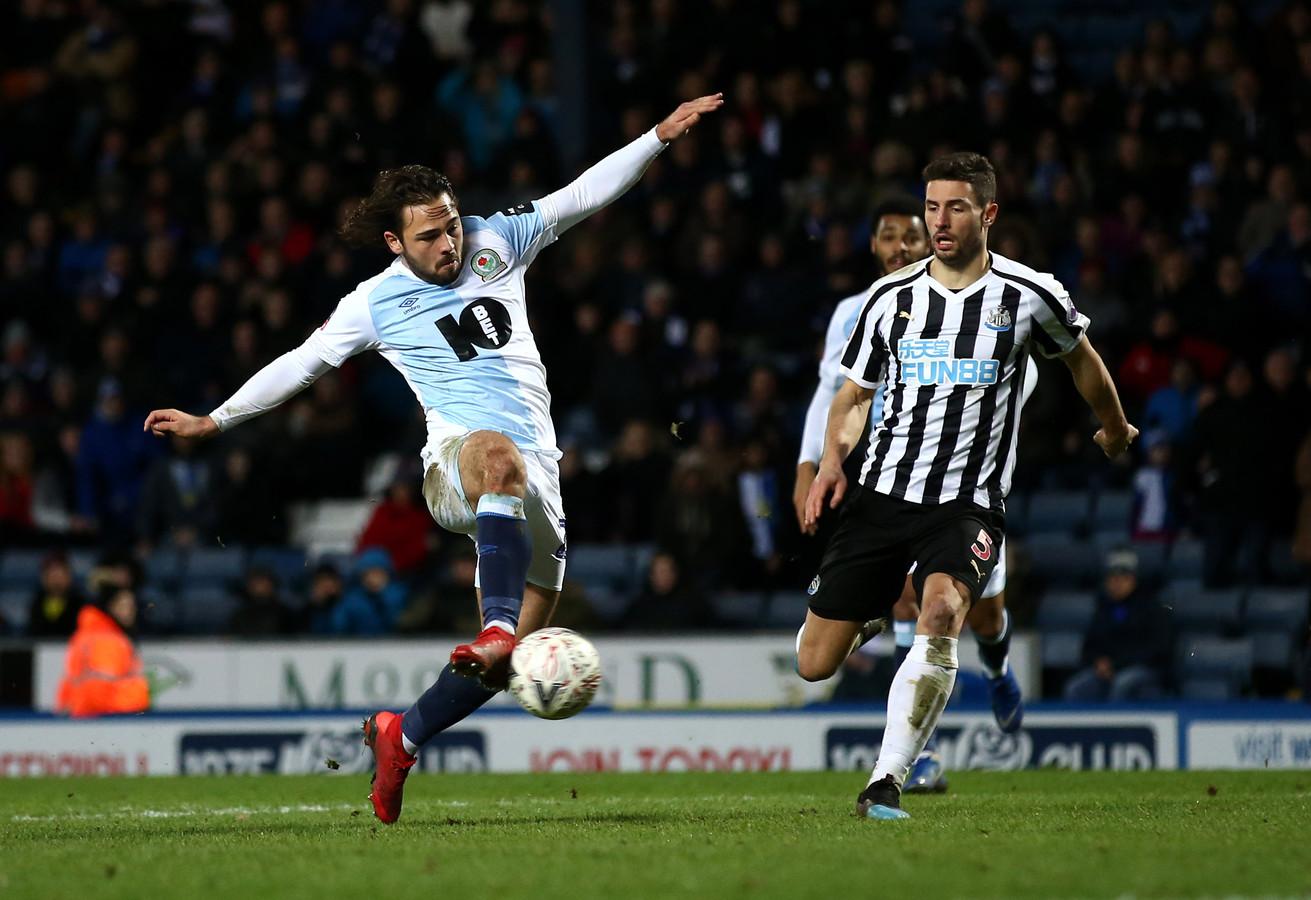 Bradley Dack van Blackburn Rovers (links) in duel met Fabian Schar van Newcastle United.
