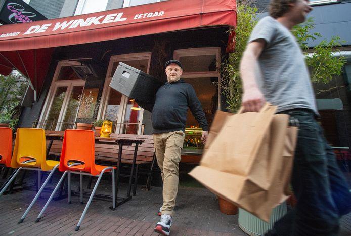 De Winkel in Oss bezorgt eten aan huis tijdens de coronacrisis. Op de foto eigenaar Roel Jordaans (middenachter) en Pim Trum