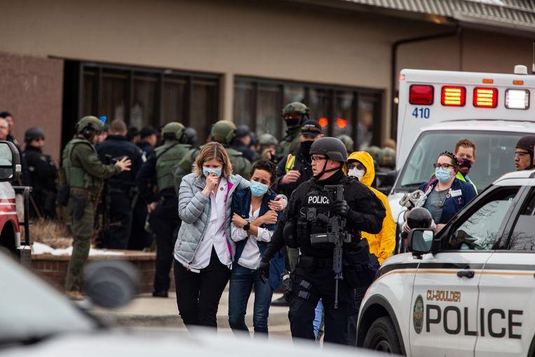 De politie leidt mensen weg uit de supermarkt na de schietpartij. Beeld Getty Images