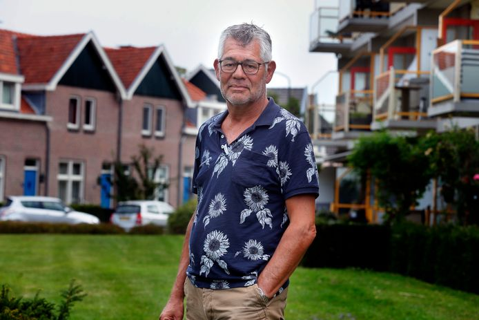 Daan van Delden in de Lingewijk, met achter hem de flatjes van de Bogerd en eengezinswoningen. Voor een Knarrenhof zijn ook meerdere woningvormen denkbaar.