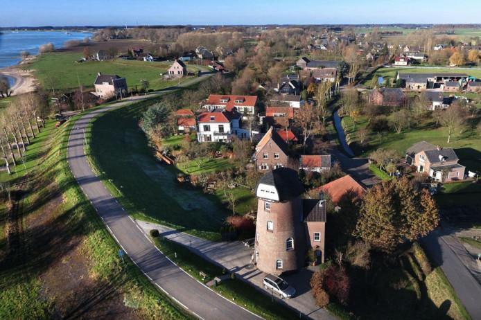 De dijk langs de Waal bij Herwijnen.