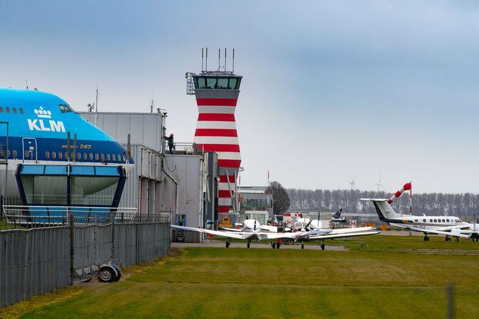 Lelystad Airport, met links de Boeing 747 van Aviodrome.