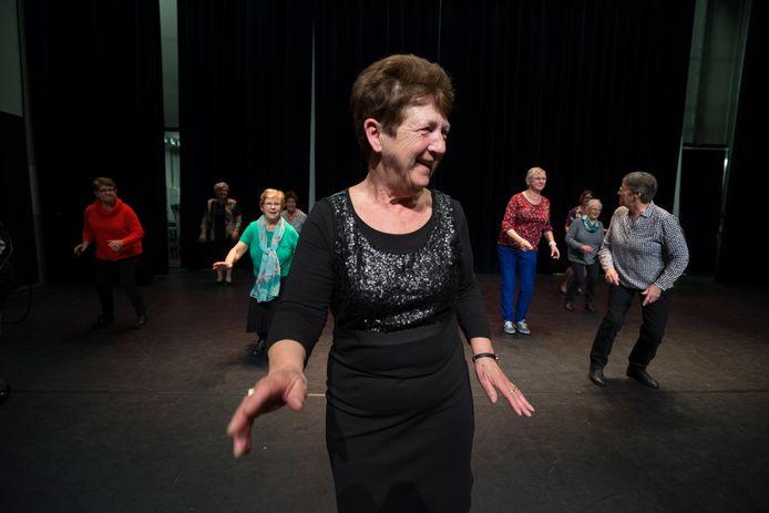 Oosterhoutse senioren vermaken zich tijdens de repetities van Gouden Dans in de Bussel.
