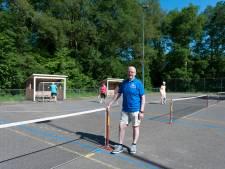 Senioren in Olst zijn gek op buiten tennissen met een schuimbal: 'Als het vriest trek je een extra trui aan'