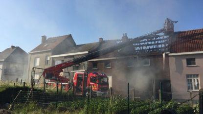 Zware uitslaande brand in Denderleeuw, twee woningen lopen zware schade op